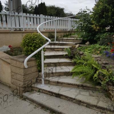 Main courante courbée pour s'adapter à la forme de l'escalier