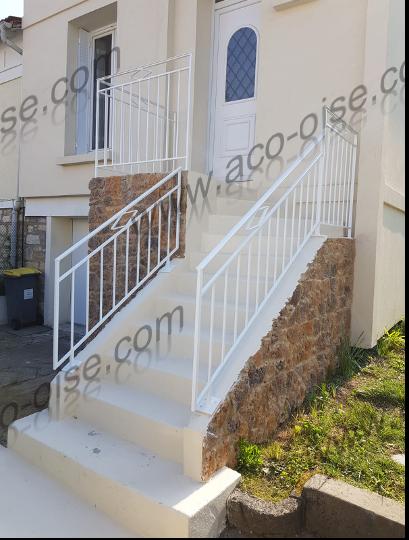 Escalier extérieur en acier blanc