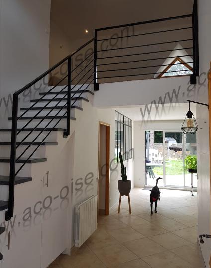 Escalier moderne en acier noir