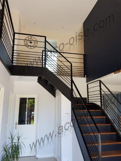 Bel escalier avec garde corps acier design