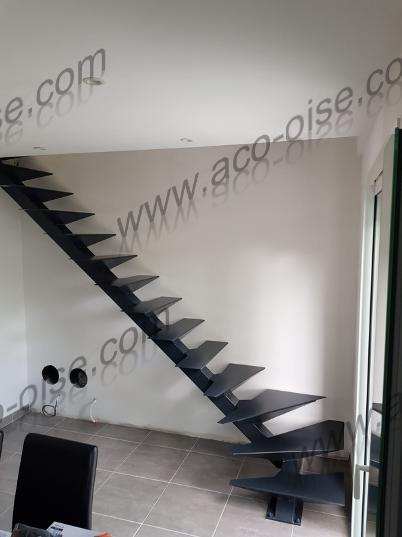 Escalier avec structure et marches en acier