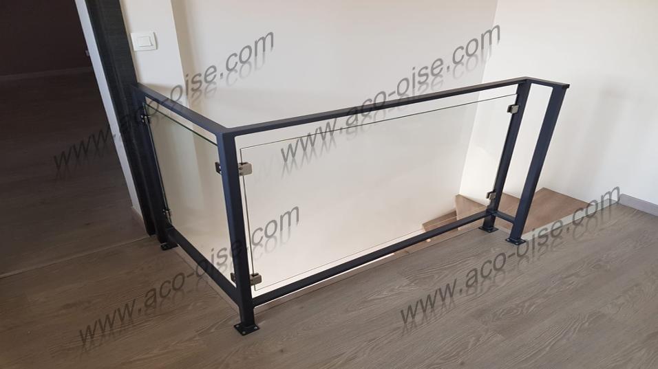 Garde corps structure acier avec plaque en verre